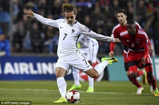 Antoine Griezmann nâng tỉ số lên 2-1 từ chấm 11m