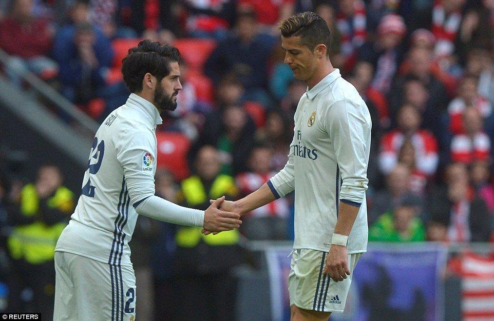 Ronaldo tỏ ra không hài lòng khi bị thay ra