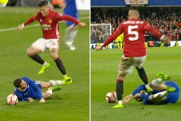 Marcos Rojo cố tình giẫm vào bụng Eden Hazard