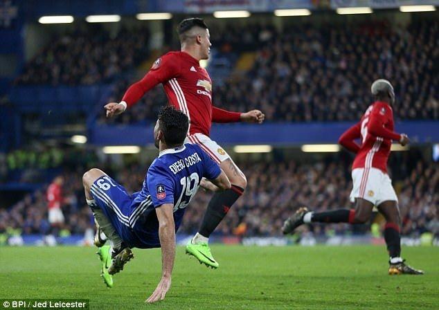 Marcos Rojo chơi xấu với tiền đạo Diego Costa