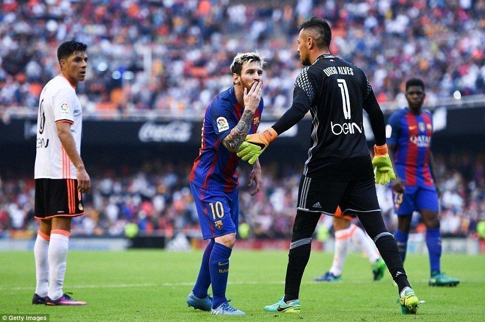 Barcelona đã có một trận đấu rất khó khăn ở lượt đi tại Mestalla