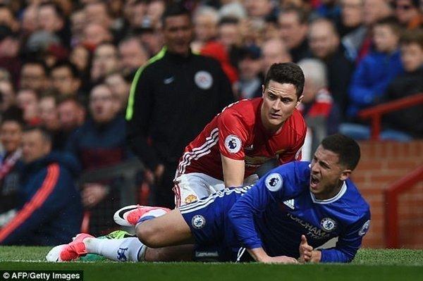 Herrera làm lu mờ Eden Hazard của Chelsea trong chiến thắng 2-0 của M.U