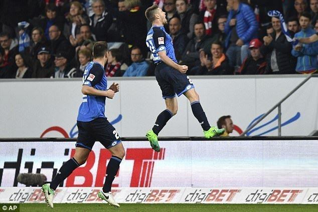 Andrej Kramaric mở tỉ số cho đội nhà sau cú vô lê đẹp mắt