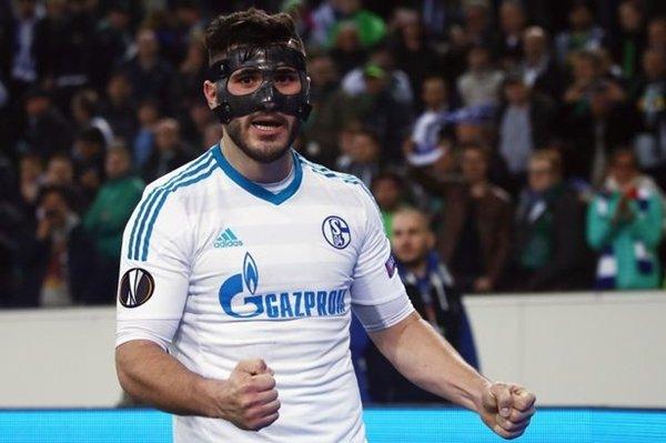 Hậu vệ Sead Kolasinac của Schalke là một trong những mục tiêu tuyển mộ của Arsenal trong quá trình tái thiết