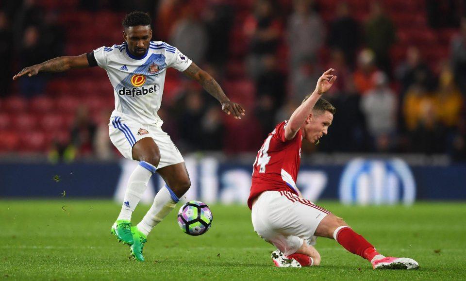 Jermain Defoe (trái) là điểm sáng hiếm hoi của Sunderland ở mùa giải này