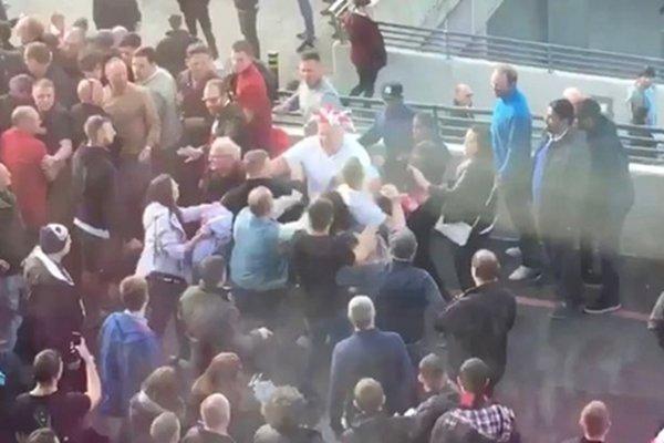 CĐV quá khích của Arsenal và Man City hỗn chiến ở bên ngoài sân Wembley