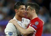 Ronaldo mời gọi Lewandowski tới Bernabeu