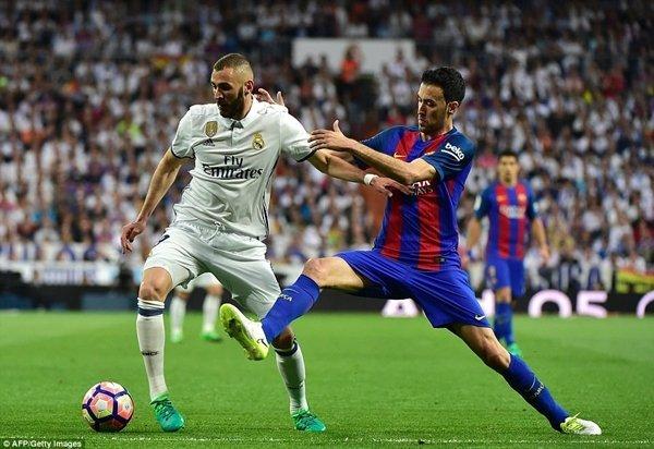 Karim Benzema (áo trắng) sẽ là một trong những cầu thủ phải rời Santiago Bernabeu