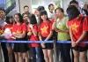 """Fan nữ """"quây"""" tuyển thủ U20 Việt Nam ở Nội Bài ngày về nước"""
