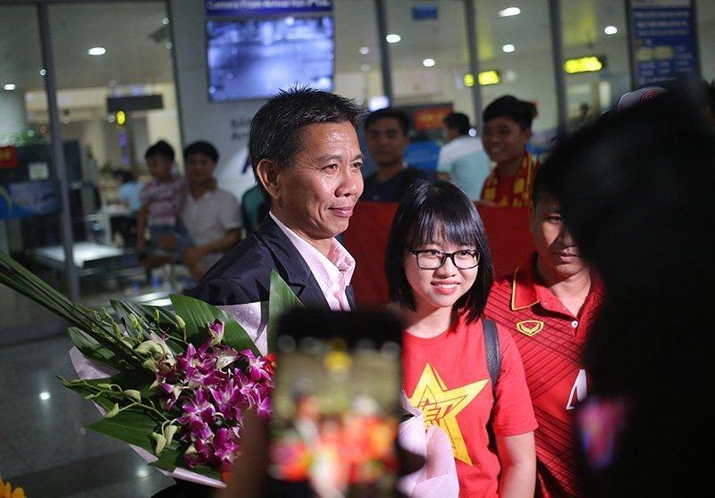 HLV Hoàng Anh Tuấn là người đầu tiên bước ra.