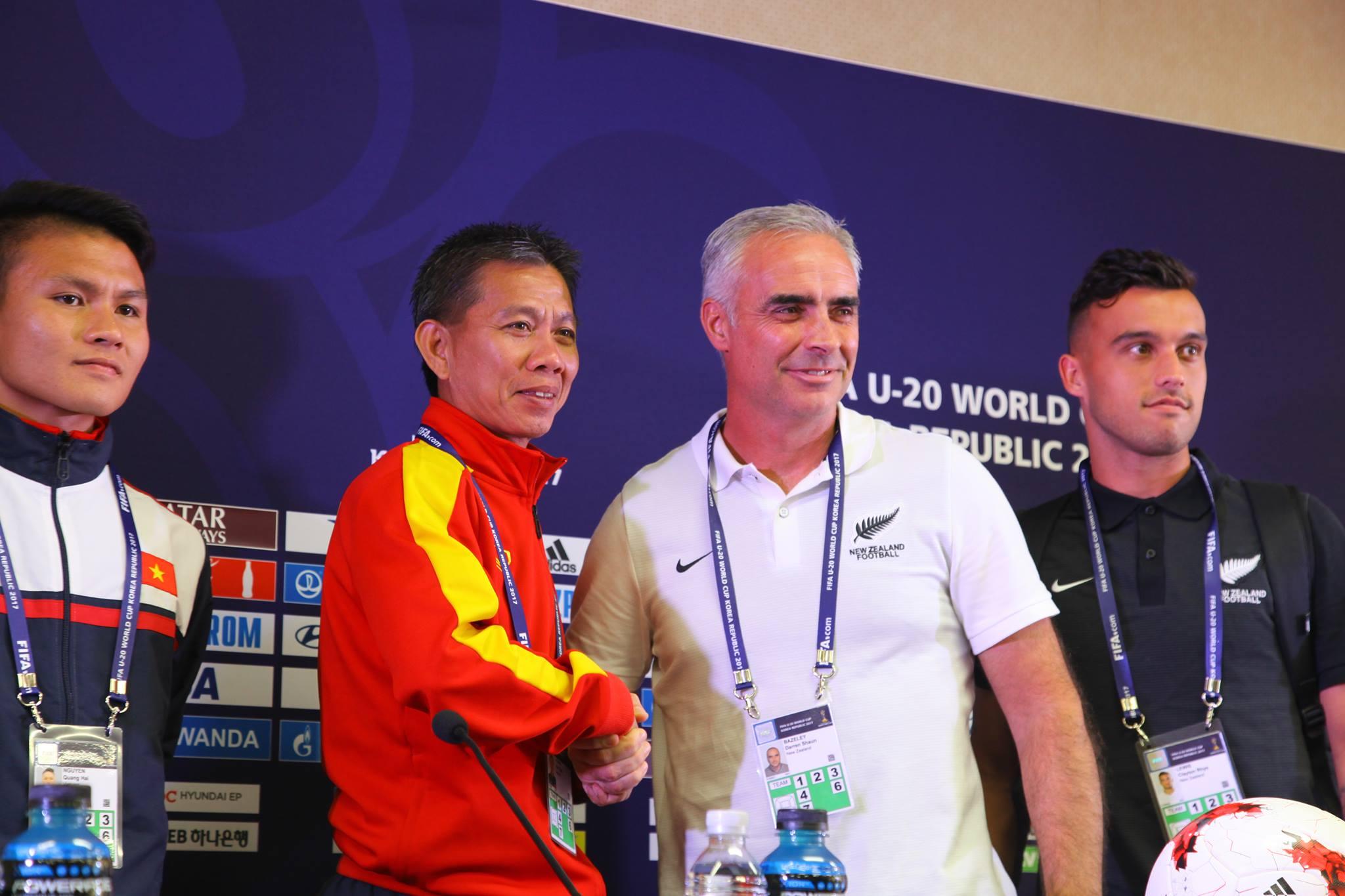 HLV Hoàng Anh Tuấn của U20 Việt Nam và HLV Darren Bazley của U20 New Zealand rất thận trọng khi phát biểu trước báo giới.