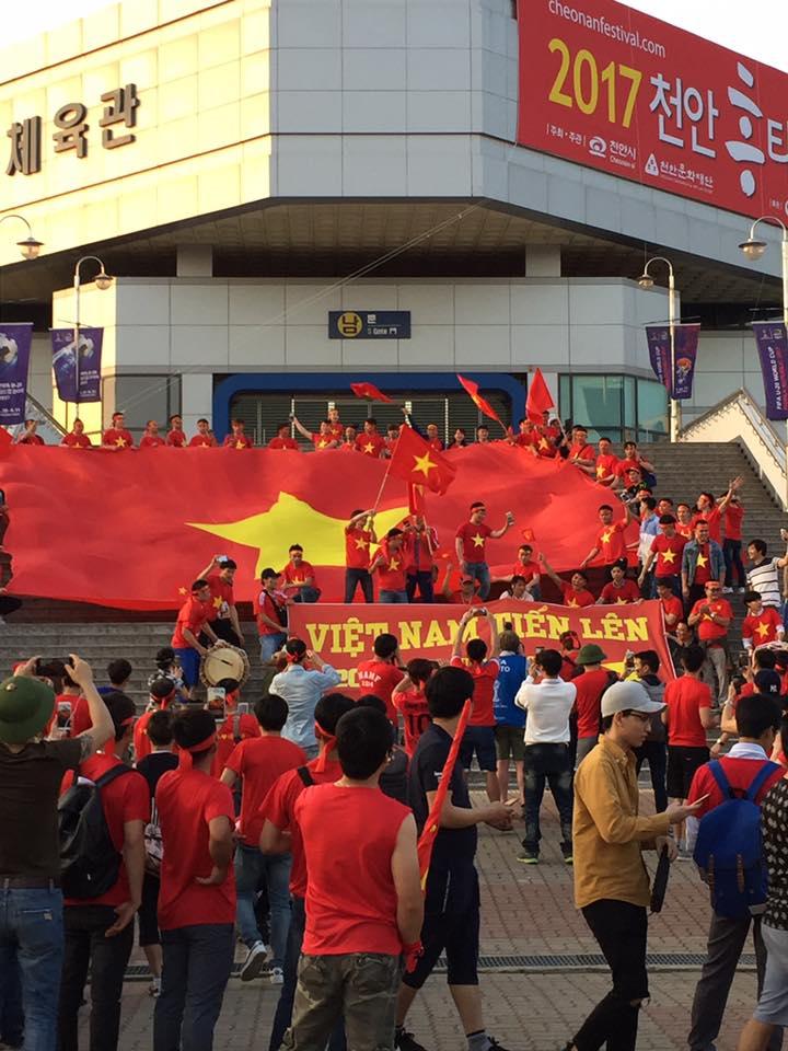 Ca sĩ Tuấn Hưng cùng CĐV U20 Việt Nam nhuộm đỏ khán đài SVĐ Cheonan.