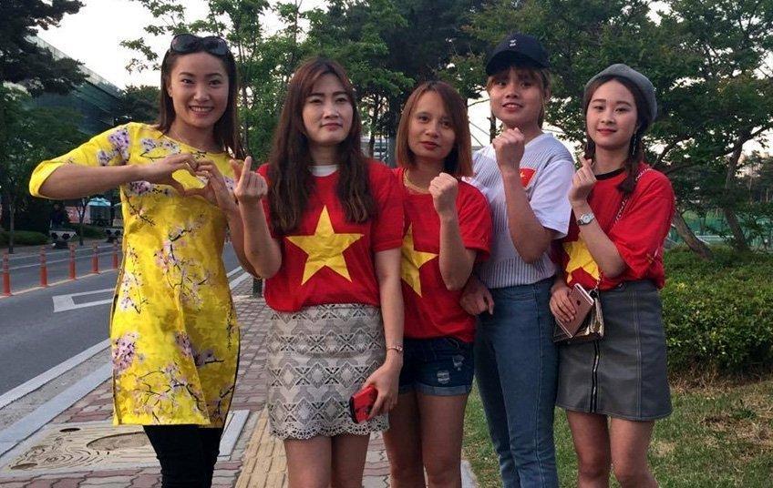 Các CĐV nữ tại Cheonan là sinh viên tại trường đại học Sunmoon.