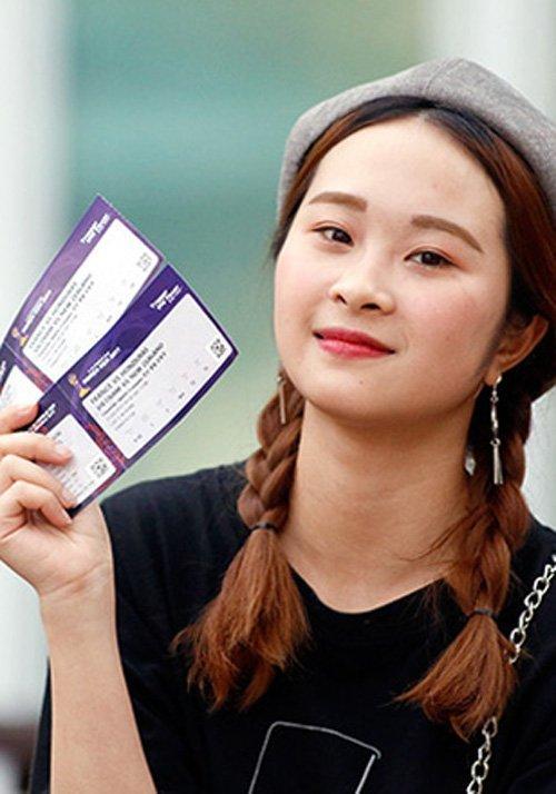 1 fan nữ khoe những tấm vé xem trận đấu mở màn của U20 Việt Nam trước U20 New Zealand.