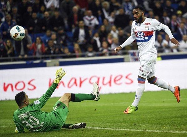 Thương vụ chuyển nhượng để Alexandre Lacazette đến Tây Ban Nha vẫn còn phụ thuộc vào tình trạng án phạt của Atletico Madrid