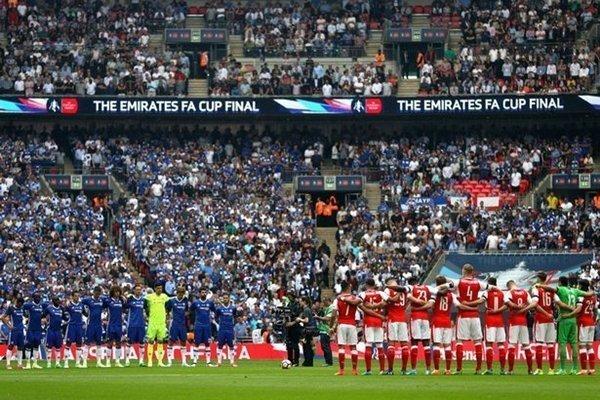 Cầu thủ Arsenal và Chelsea dành một phút im lặng tưởng nhớ các nạn nhân vụ khủng bố xảy ra ở Manchester Arena