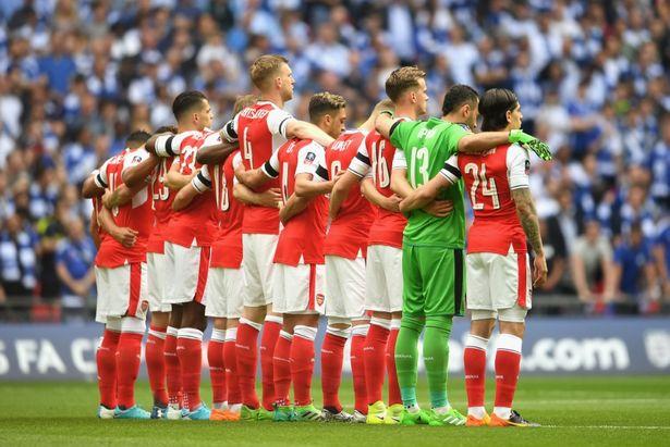 Các cầu thủ Arsenal đeo những dải băng đen trên cánh tay