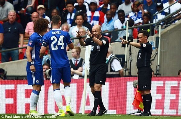 Cầu thủ Chelsea chạy theo trọng tài bày tỏ thái độ phản đối