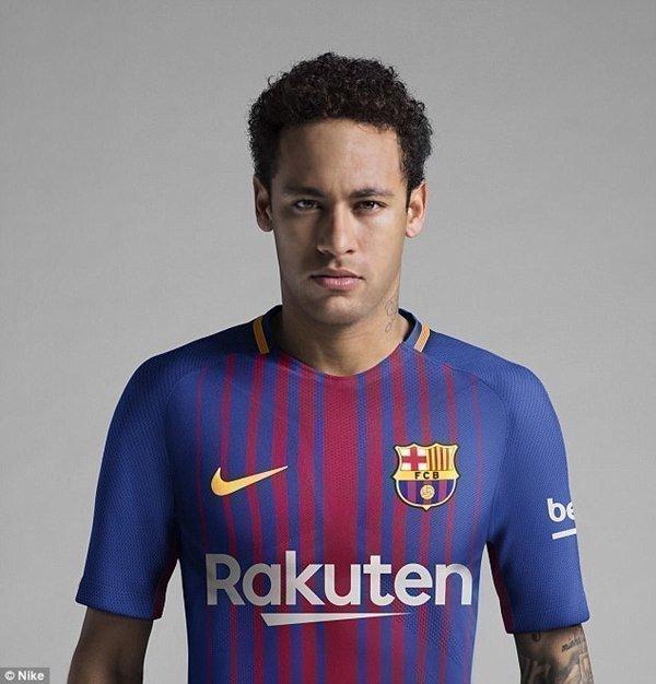 Neymar là nhân vật chính trong buổi ra mắt trang phục thi đấu mới của Barcelona