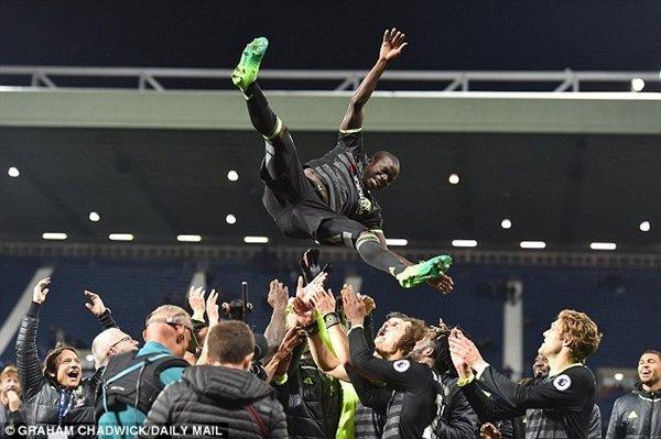 N'Golo Kante nổi lên là ứng viên hàng đầu cho danh hiệu Cầu thủ xuất sắc nhất năm của Premier League