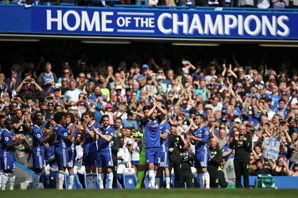 Khoảnh khắc John Terry rời mặt cỏ của Stamford Bridge