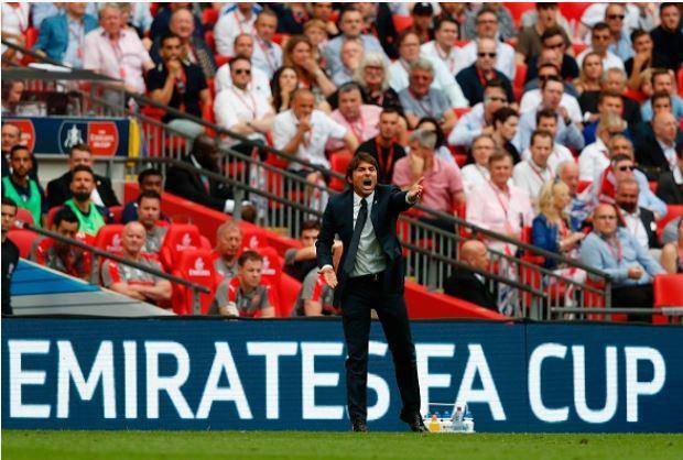 Conte đã mắc sai lầm trong sắp xếp đội hình