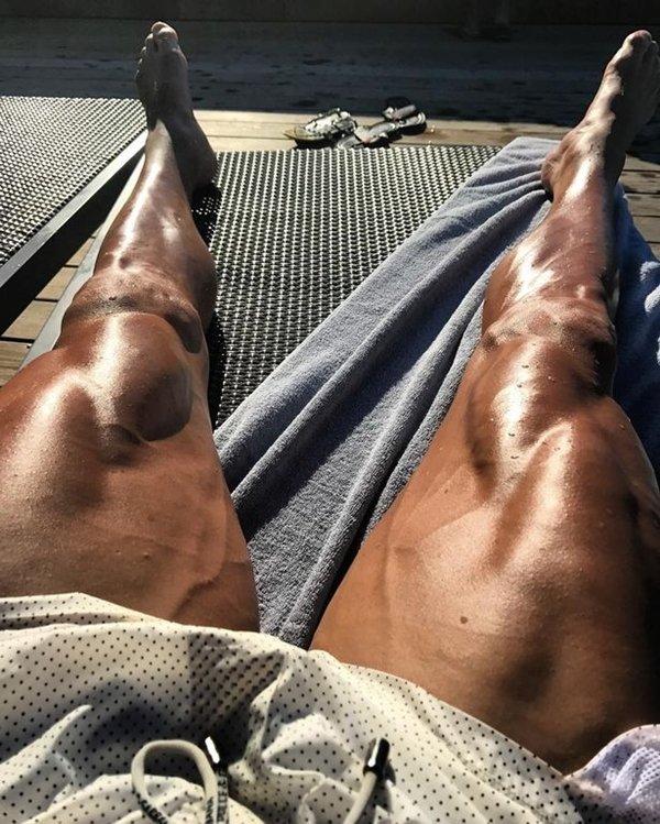 Cơ bắp trên đùi Ronaldo nổi cuồn cuộn như các lực sỹ