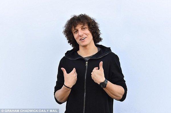 David Luiz cho thấy mức độ chịu chơi không thua kém huyền thoại Didier Drogba khi mua quà tặng toàn đội mừng chức vô địch Premier League