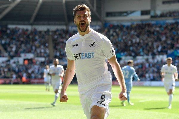 Fernando Llorente thắp lên tia hy vọng trụ hạng cho Swansea City và họ đã thành công