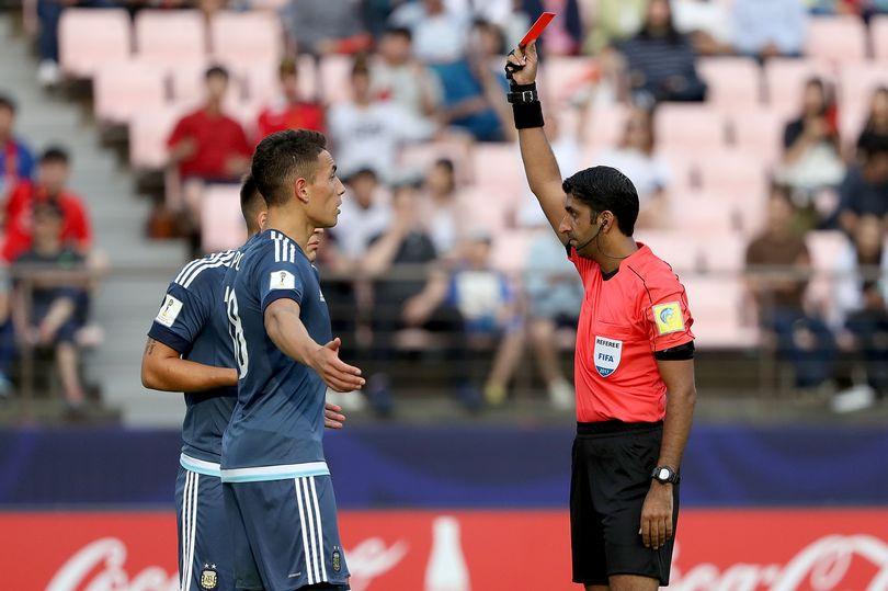 Lautaro Martinez có pha giật cùi chỏ với hậu vệ phải Tomori của U20 Anh và bị trọng tài rút thẻ đỏ trực tiếp.