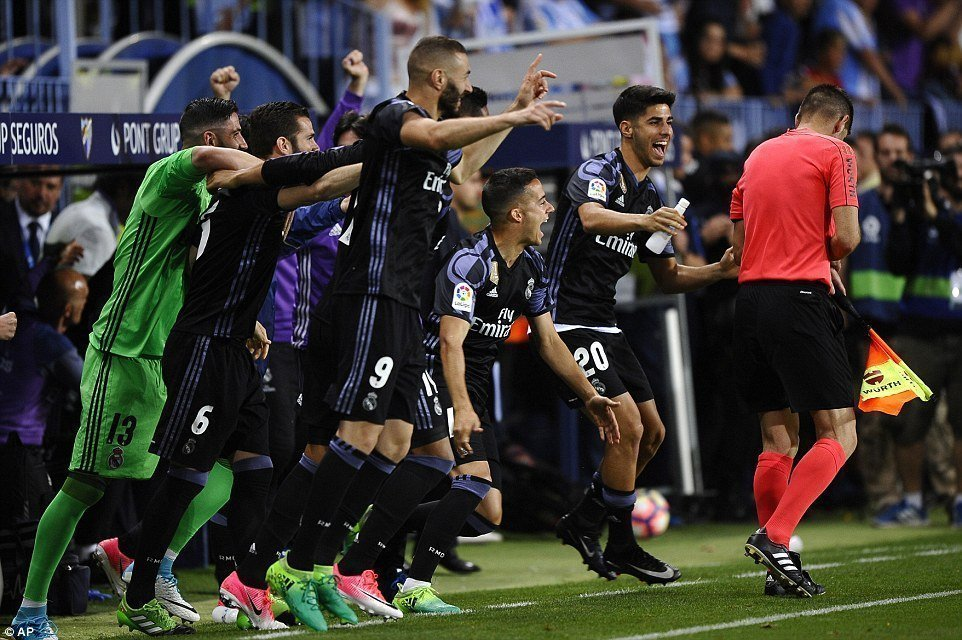 Giây phút niềm vui vỡ òa khi tiếng còi kết thúc trận đấu vang lên