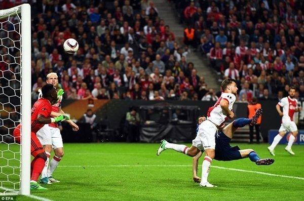 Tình huống ghi bàn từ pha chạm bóng tinh tế của Henrikh Mkhitaryan, nhân đôi cách biệt lên 2-0 cho Quỷ đỏ