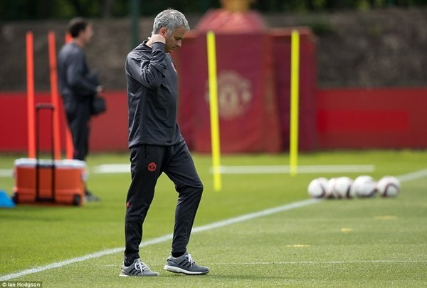HLV Jose Mourinho mang theo 20 cầu thủ tới Stockholm để chuẩn bị cho chung kết Europa League
