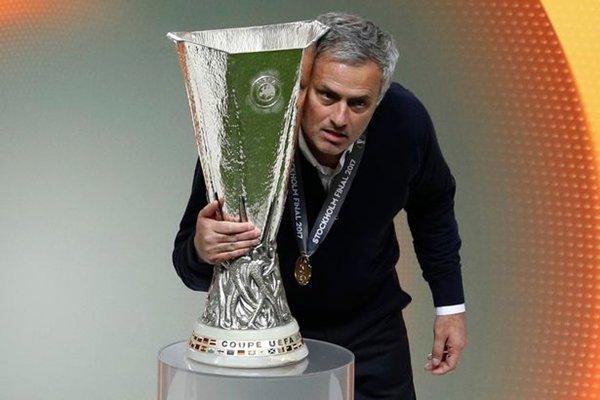 Mourinho là HLV đầu tiên của M.U chiến thắng tại Europa League, danh hiệu duy nhất mà Sir Alex Ferguson còn thiếu
