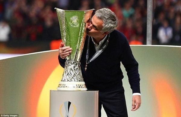 Jose Mourinho đóng vai trò người hùng, giúp M.U vô địch Europa League và đi vào lịch sử ở Anh