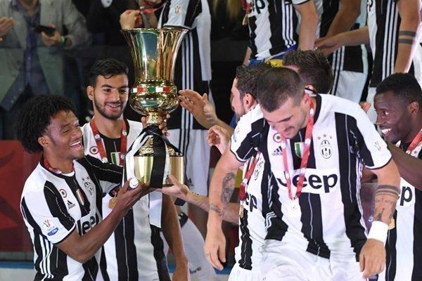 Juan Cuadrado ăn mừng chức vô địch Serie A với Juventus