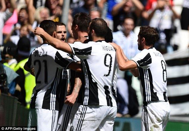 Juventus dễ dàng đánh bại Crotone 3-0 để lên ngôi vô địch
