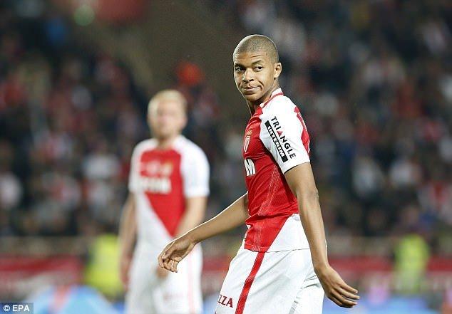 Kylian Mbappe nhận giải thưởng dành cho Cầu thủ trẻ xuất sắc nhất mùa giải của Ligue 1