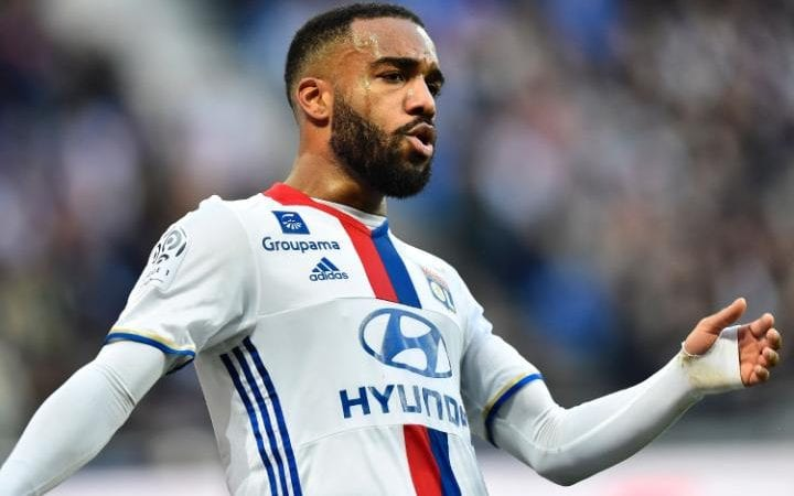 Alexandre Lacazette sẽ rời Lyon trong hè này