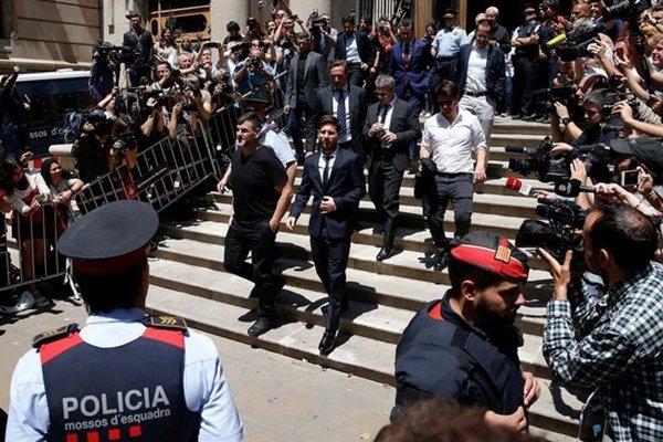 Ngôi sao của Barcelona rời phòng xét xử