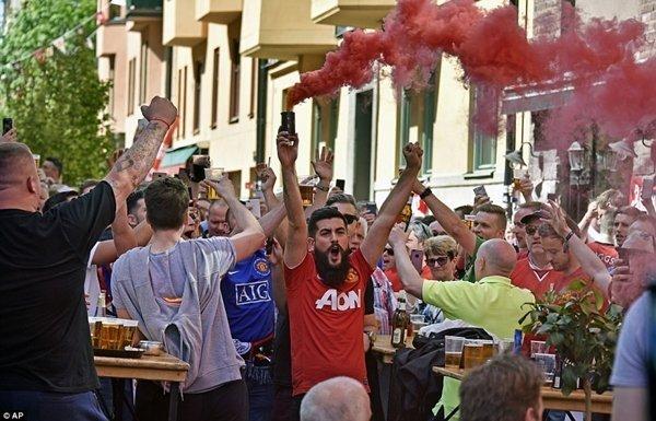 Fan M.U đốt pháo khói màu đỏ truyền thống của CLB trên đường phố