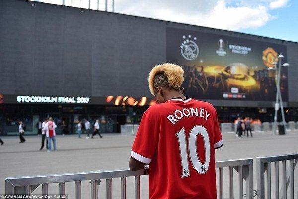 Một fan của M.U với chiếc áo số 9 của Wayne Rooney