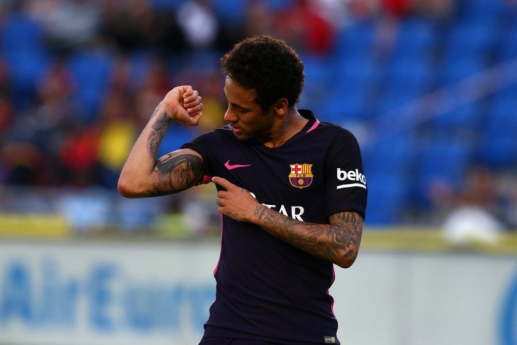 Neymar còn tỏa sáng hơn với cú hat-trick giúp Barcelona tiếp tục giữ vị trí số 1