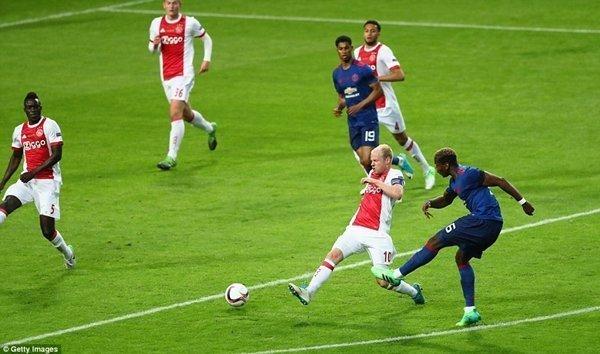 Cú sút uy lực của Paul Pogba mang về bàn thắng mở tỷ số cho M.U, bất chấp không ít người cho là có phần may mắn