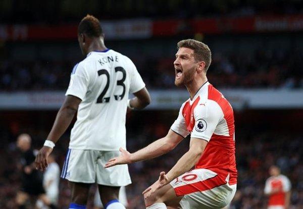 Đồng đội của Ozil tại Arsenal, Shkodran Mustafi được triệu tập