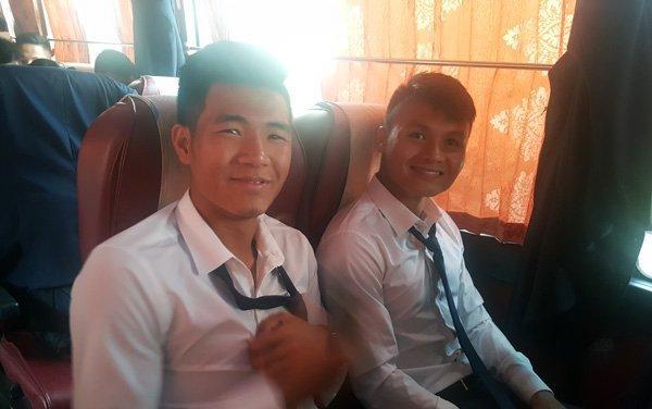 Các tuyển thủ U20 Việt Nam di chuyển bằng xe Bus để tới Cheonan