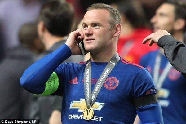 Wayne Rooney vừa cùng M.U đăng quang chức vô địch Europa League