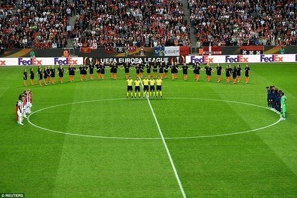 Các cầu thủ dành 1 phút im lặng cầu nguyện cho nạn nhân vụ tấn công khủng bố ở Manchester Arena, trước lúc bước vào chung kết Europa League
