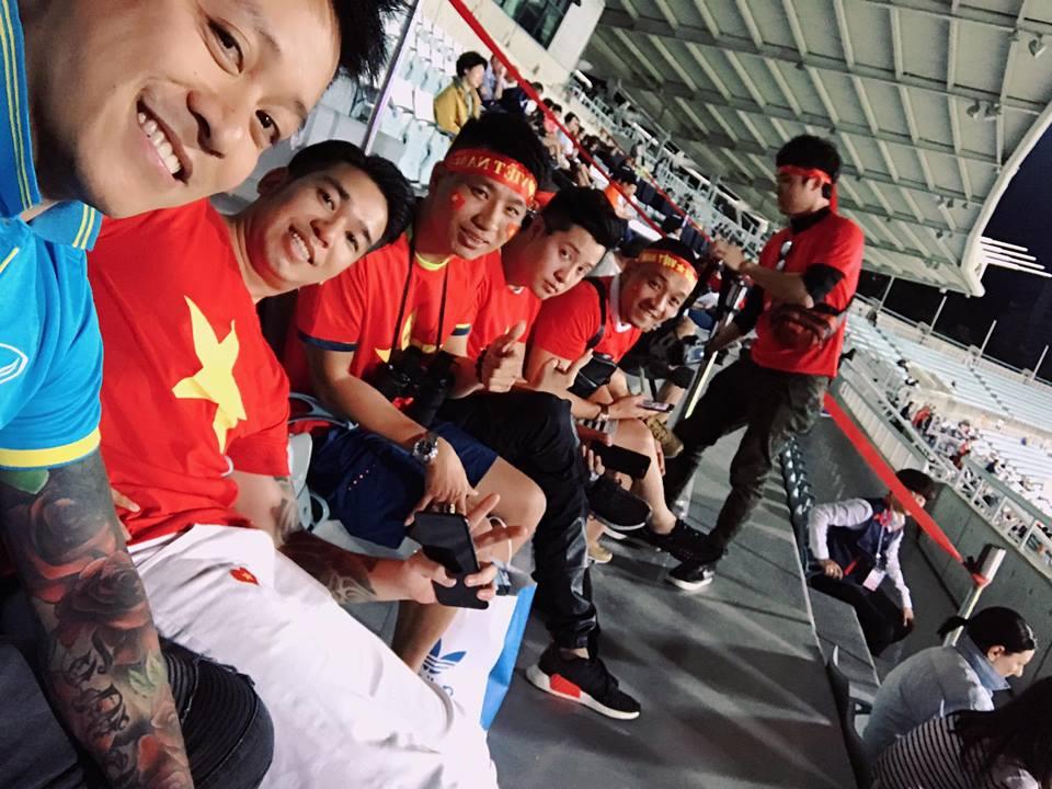 Nam ca sỹ điển trai selfie cùng các CĐV Việt Nam trên khán đài SVĐ Cheonan.