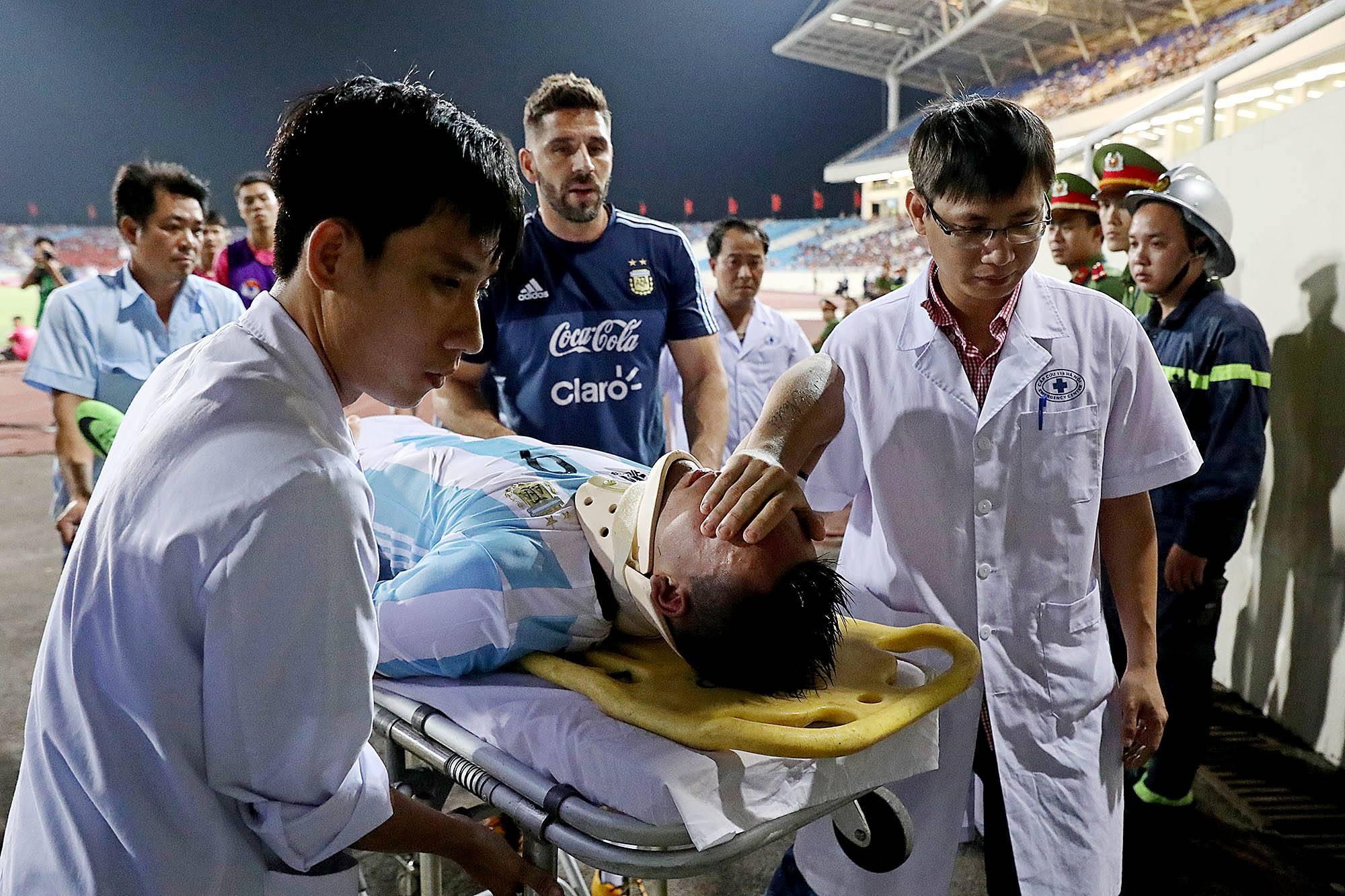 Lautaro Martinez phải lên xe cứu thương đi bệnh viện cấp cứu tại trận giao hữu với U22 Việt Nam.